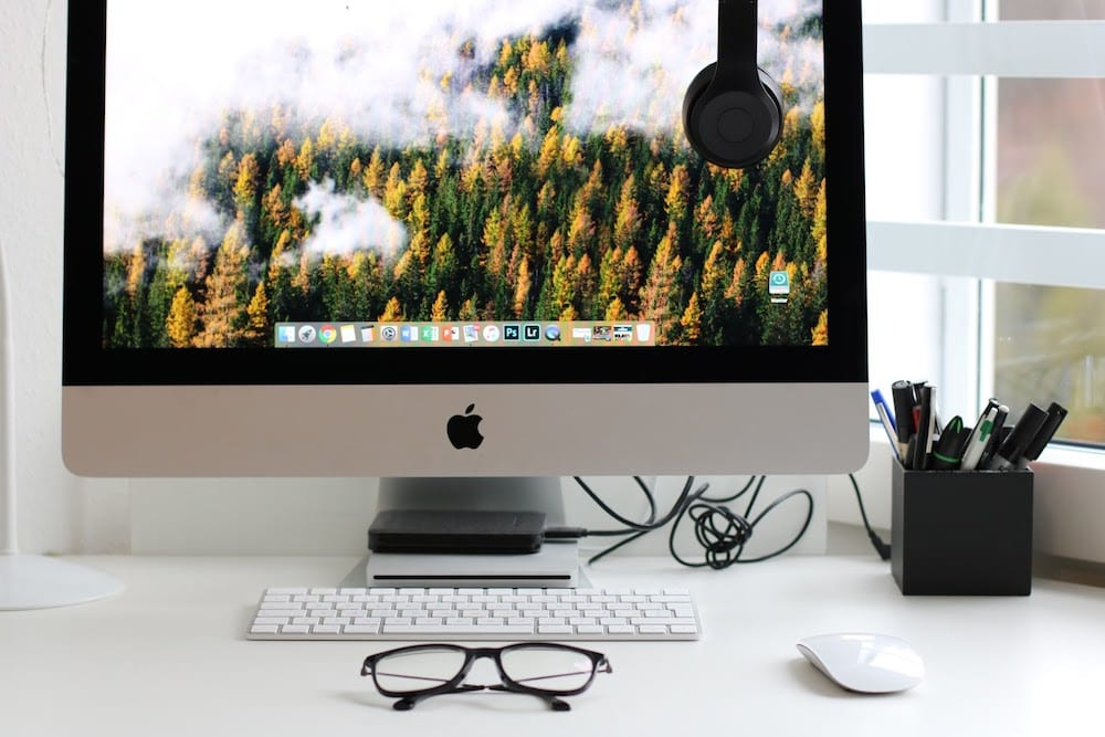 Turned On Silver Imac With Might Mouse And Keyboard 930530 1