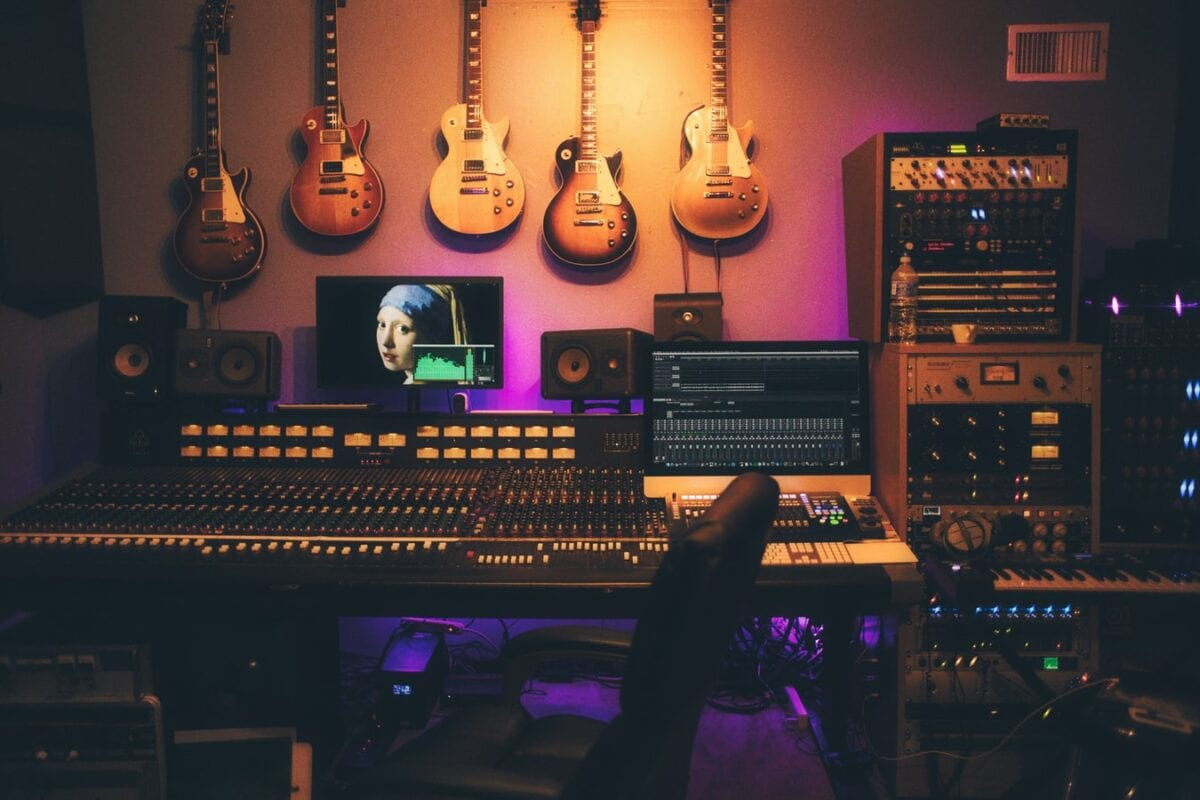 How to Learn GarageBand: Best Courses to Become a Music Producer