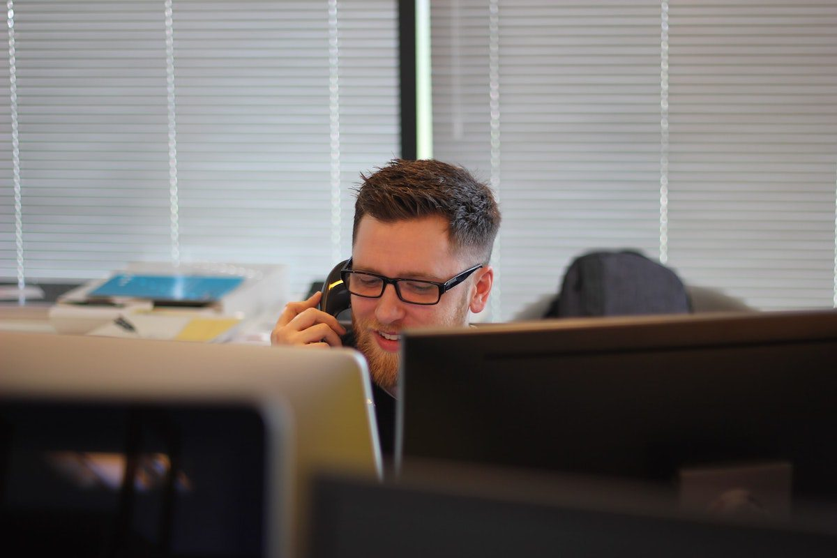 man on the phone how to become a tech sales representative